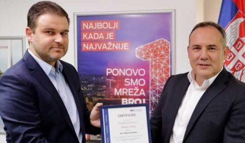 Nikola Milošević uručuje sertifikat Đorđu Maroviću